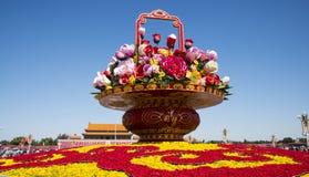 Tiananmen fyrkant Kina, Asien, Peking, nationell dag, korg av blommor, arkivfoto