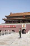 Tiananmen fyrkant, port av himla- fred med Maos stående och vakt, Peking, Kina. Arkivfoton