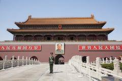 Tiananmen-Platz, Tor des himmlischen Friedens mit Maos Porträt und Schutz, Peking, China. Lizenzfreies Stockfoto
