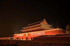 Tiananmen port i natt Royaltyfri Foto