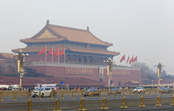 Tiananmen-Tor an einem dunstigen Tag Stockbilder