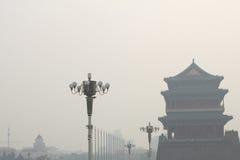 Tiananmen torn som packas in av den tunga dimman och ogenomskinligheten Arkivfoton
