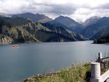 Tianchi sjö (himmel sjö) A härlig sjö i Tianshan berg, Xinjiang, Kina Den Tianchi sjöns höjd är meter 1980 Royaltyfri Bild