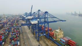 Tianjin, China - 4 de julio de 2017: Vista a?rea del puerto con los contenedores para mercanc?as, Tianjin, China almacen de video