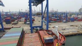 Tianjin, China - 4 de julio de 2017: Vista a?rea del puerto con los contenedores para mercanc?as, Tianjin, China metrajes