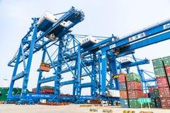 Tianjin, China, el 4 de julio de 2017 - buque mercante a abrigarse por la gr?a, Tianjin, China fotos de archivo