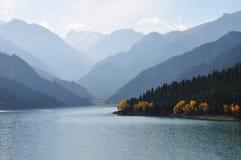 Tianshan Moutains和Tianchi湖 免版税库存照片