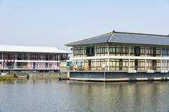 Tianshuige matsal och bock på vatten Arkivbilder