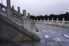 Tiantan i Peking som döljas i moln Royaltyfri Bild