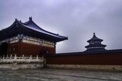 Tiantan i Peking som döljas i moln Arkivbilder