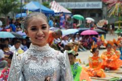 Tiaong,奎松市,菲律宾- 2016年6月22日:各种各样的面孔的特写镜头图象在街道舞蹈家不同的服装的每年玉米的f 图库摄影