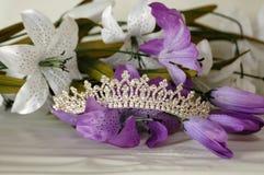 Tiara con las flores Fotos de archivo libres de regalías