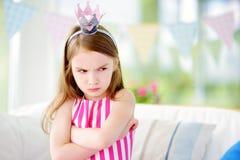 Tiara de la princesa de la niña que lleva cambiante que siente enojada e insatisfecha fotografía de archivo libre de regalías