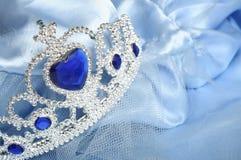 Tiara do brinquedo com diamantes e a gema azul Foto de Stock