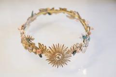 Tiara do casamento dourado com ornamento das flores Imagens de Stock
