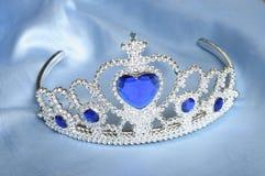 Tiara falsa com diamantes e a gema azul Fotos de Stock