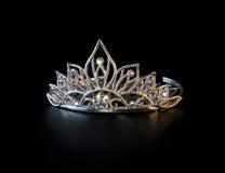 Tiara oder Diadem mit bunten Scheinen auf Schwarzem lizenzfreie stockfotografie