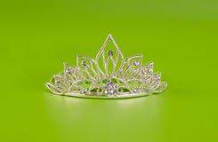 Tiara oder Diadem mit Reflexion auf Grün Stockfoto