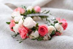 Tiara sztuczne róże na drewnianym tle Fotografia Stock