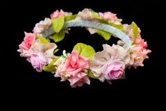Tiara van kunstmatige rozen op zwarte achtergrond Stock Afbeelding