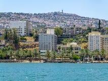 Tibériade - ville sur la colline sur le rivage de la mer de la Galilée, Israël Images stock