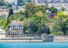 Tibériade - ville sur la colline sur le rivage de la mer de la Galilée, Israël Photos libres de droits