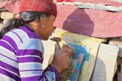 Tibétain découpant des incantations sur des pierres chez Swayambhunath Photos stock