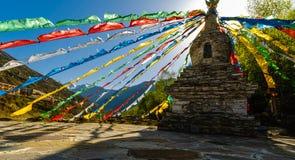 Tibétain Stupa avec les drapeaux bouddhistes colorés de prière Image libre de droits