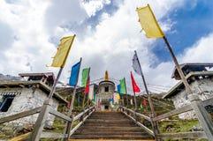 Tibétain Stupa avec les drapeaux bouddhistes colorés de prière Images libres de droits