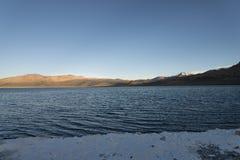 Tibatan salthaltig sjö på morgonen Arkivfoton