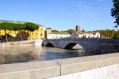 Tiber ö och en översvämmade Tiber, Rome, Italien Arkivbild