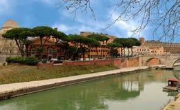 Tiber ö och floden med den Cestius bron och kupolen av s arkivfoton