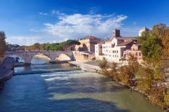 Tiber ö- och Pons Cestius bro i Rome arkivfoto