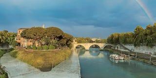 Tiber ö- och Pons Cestius bro i Rome royaltyfri bild