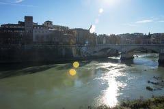Tiber flod och bro Ponte Umberto I i Rome Arkivbilder