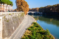 Tiber invallning med cykelbanan på höstdag italy rome Arkivfoto