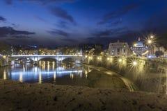 Tiber, nachtmening bij St. Peter kathedraal in Rome, Italië Stock Foto's
