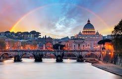 Tiber och St Peter Basilica i Vaticanen med regnbågen, Roma Arkivfoto