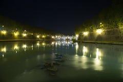Tiber rzeka w Rzym przy nocą Fotografia Stock