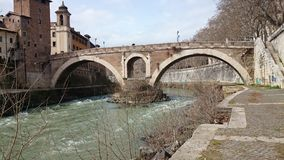 Tiber rzeka z antycznym mostem w Rzym, Włochy Zdjęcia Stock