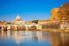 Tiber- und St- Peterkathedrale in Rom lizenzfreie stockfotografie