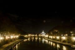 Tiber zusammen mit Ansichten Vatikans Stockbilder