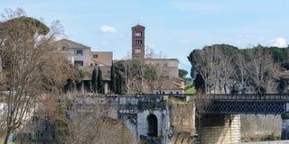 Tiberina es una pequeña isla barco-formada situada en el río de Tíber en Roma, al sur del Vaticano La isla es parte de imagenes de archivo