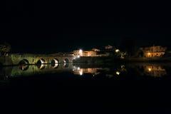 Tiberius Bridge av Rimini på natten Arkivfoton