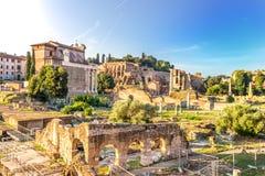 Tiberius Palace och templet av Antoninus och Faustina från basilikan Aemilia fördärvar arkivbilder