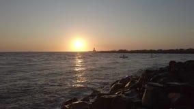 Tiberrivier met ruwe overzees een terugkeer van de vissenboot naar huis stock video