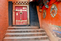 Tibet - alte Klostertür Lizenzfreie Stockbilder