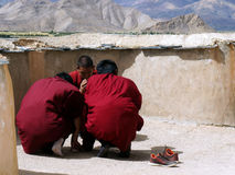 Tibet. Buddhismus. Junge Mönchbeschwörungsformel auf dem Standort stupa Lizenzfreies Stockfoto