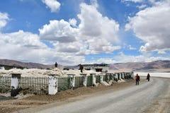 Tibet, China, 10 Juni, 2018 Mensen die zout van het meer Chabyer in de zomer in Tibet, China ontginnen stock fotografie