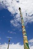 Tibet: de polen van de gebedvlag Royalty-vrije Stock Foto